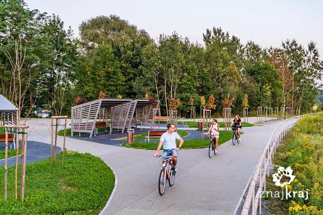 duzy-parking-przy-zelaznym-szlaku-rowero