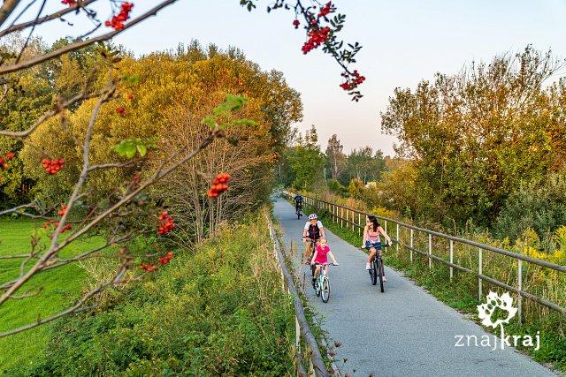 rodzina-na-zelaznym-szlaku-rowerowym-sla