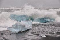 Błękitne bryły lodu wyrzucane przez ocean