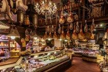 Bolonia - na dole sklep, u góry restauracja