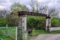 Brama opuszczonej willi w Kuźni Raciborskiej