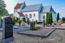 Cmentarz przed kościołem w Pedersker