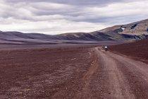 Czarny, księżycowy krajobraz na drodze F225