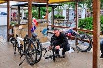 Demontaż rowerów na kempingu