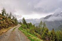 Deszczowa górska droga na Passo Cinque Croci