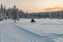 Droga dla skuterów przecinająca trasę narciarską