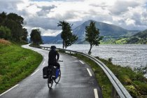 Droga nad jeziorem Jolstravatnet