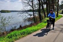 Droga rowerowa nad jeziorem Woblitz