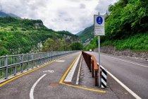 Droga rowerowa wzdłuż szosy w kierunku Val Rendena