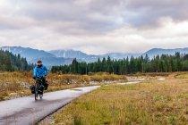 Droga rowerowa z widokiem na Tatry