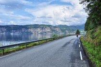 Droga w kierunku Eikelandsosen, wzdłuż Eikelandsfjordu