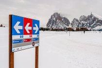 Drogowskaz szlaków narciarskich na Alpe di Siusi