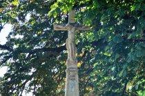 Dwusetletni, przydrożny krzyż