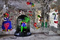 Dzieła artystki Niki de Saint Phalle w grocie w Herrenhausen