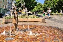 Dziewczynka z gołębiami - fontanna przy Alei NMP