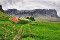 Farma w Núpsstaður, w tle góra Lómagnúpur