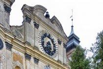 Front barokowego kościoła w Krośnie