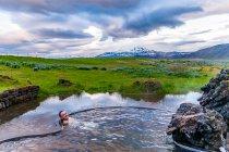Geotermalne kąpielisko z widokiem na Heklę