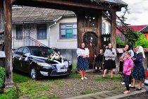 Goście weselni i limuzyna pary młodej