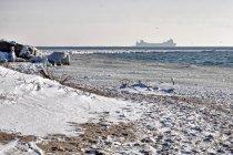 Hel, śnieg, biegówki i statki na horyzoncie