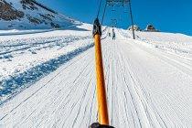Jazda wyciągiem orczykowym na nartach biegowych