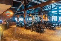 Jeden z barów pod narciarskim stokiem w Ruce
