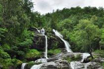 Jeden z wielu wodospadów nad fiordami