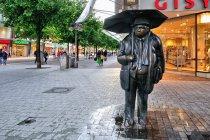 """Jedna z rzeźb """"Dwoje ludzi w deszczu"""" Ulrike Enders"""