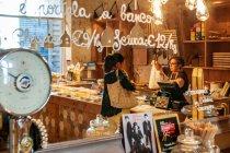 Jeszcze jeden sklep i restauracja w jednym w Bolonii