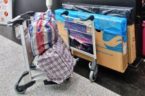 Kartony z rowerami i torby z sakwami na lotnisku