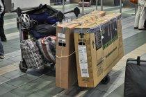 Kartony z rowerami i torby z sakwami na lotnisku w Gdańsku