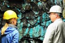 Kolorowe osady na ścianach kopalni