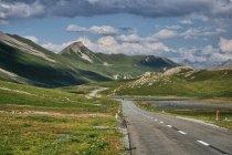 Krajobraz alpejskiej przełęczy