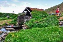 Mały basen geotermalny i przebieralnia w Hrunalaug