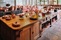 Miedziane naczynia w zamkowej kuchni