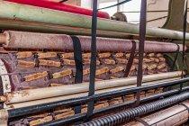Mierzwienie powierzchni wełnianej tkaniny zwykłą szyszką