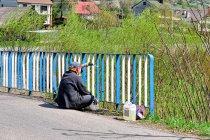 Mieszkańcy malują płoty w Beskidzie Niskim