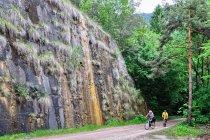 Mineralne naloty na ścianie nad drogą rowerową