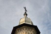 Misternie zdobiona wieża cerkwi w Dragomirnie