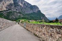 Mury dookoła winnic w dolinie Adygi