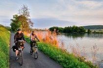 Na rowerze nad Menem podczas zachodu Słońca