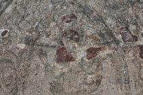 Na ścianach ossuarium w Bystrzu