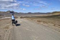 Na szerokiej, piaskowej drodze F208