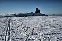 Narciarski ślad w kierunku Śnieżnych Kotłów