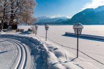 Narciarskie tory nad brzegiem jeziora Walchsee