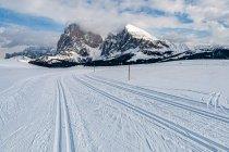 Narciarskie tory ze szczytami Dolomitów