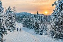 Narciarze koło Ruki przed zachodem Słońca
