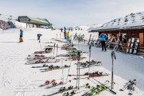 Narty i deski pod schroniskiem w Dolomitach