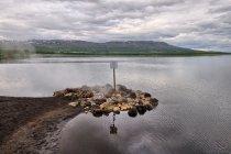 Naturalne gorące źródło w wodach jeziora Laugarvatn
