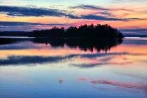 Niesamowite barwy zachodzącego Słońca nad Wigrami